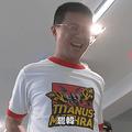 台北市の議員、公約を守るため53本の割り箸を尻で割る挑戦