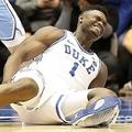 米ノースカロライナ州ダーラムでの試合で、履いていたナイキ製のシューズの靴底が剥がれコートに倒れるザイオン・ウィリアムソン選手(2019年2月20日撮影)。(c)Streeter Lecka/Getty Images/AFP