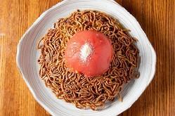 これを目的に訪れる人も多いという「エビとトマトの両面かた焼きそば」(1620円)
