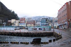 鬱陵島の南岸に位置する最大の市街地、道洞里(撮影:高月靖)