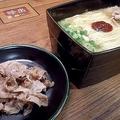 牛バラ肉を煮込んだ「牛弥郎」をトッピングする「100%とんこつ不使用ラーメン」