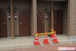 コンクリ詰めの遺体が発見された現場アパート前には規制線が張られた