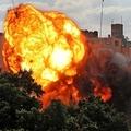 パレスチナ自治区ガザ地区ガザ市で、イスラエルの空爆で破壊されたビルから上がる炎(2021年5月13日撮影)。(c)AFP