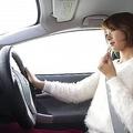 車の片手運転は実はグレー?不必要な場合は安全運転義務違反も