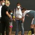 ボールガールの少女に駆け寄るアレクサンダー・ブブリク(画像はATP公式中継サイト「テニスTV」公式インスタグラムより)