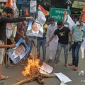 インド・シリグリで、中国の習近平国家主席のポスターを燃やす反中デモの参加者ら(2020年6月17日撮影)。(c)Diptendu DUTTA / AFP