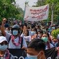 ミャンマー・マンダレーで、ミャンマー正月に合わせ行われた反軍事クーデターデモ。匿名情報源提供(2021年4月13日撮影、公開)。(c)AFP PHOTO / ANONYMOUS SOURCE