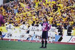 終了間際に財前のゴールが決まった瞬間、京都まで駆けつけた仙台サポーターも歓喜に沸く。ただ、岩本(14番)は喜ぶよりも、一刻も早く試合を再開したかったという。(C)J.LEAGUE PHOTOS