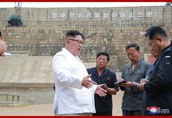 漁郎川発電所の建設現場で現地指導する金正恩氏(2018年7月18日付朝鮮中央通信)