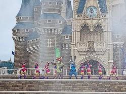 大量の水を撒く「ジュディとニックのジャンピン・スプラッシュ」/(c)Disney