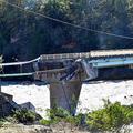 田中橋(右)の手前が濁流にえぐられて崩落した現場=東御市