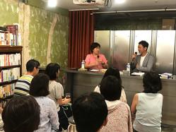 8月4日に本屋B&B(東京・下北沢)で行われた対談イベントの様子。壇上は星野博美氏(左)と山川徹氏。
