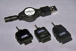 ケータイ用のUSB充電ケーブル。コネクタは、左からFOMA用、cdmaOne用、PDC用